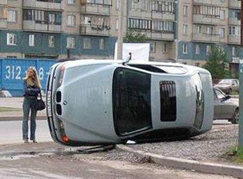 Žena za volantem aneb Jak obrátit Oktávku na střechu (video)