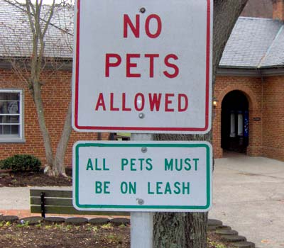 Confusing signs about allowing pets.